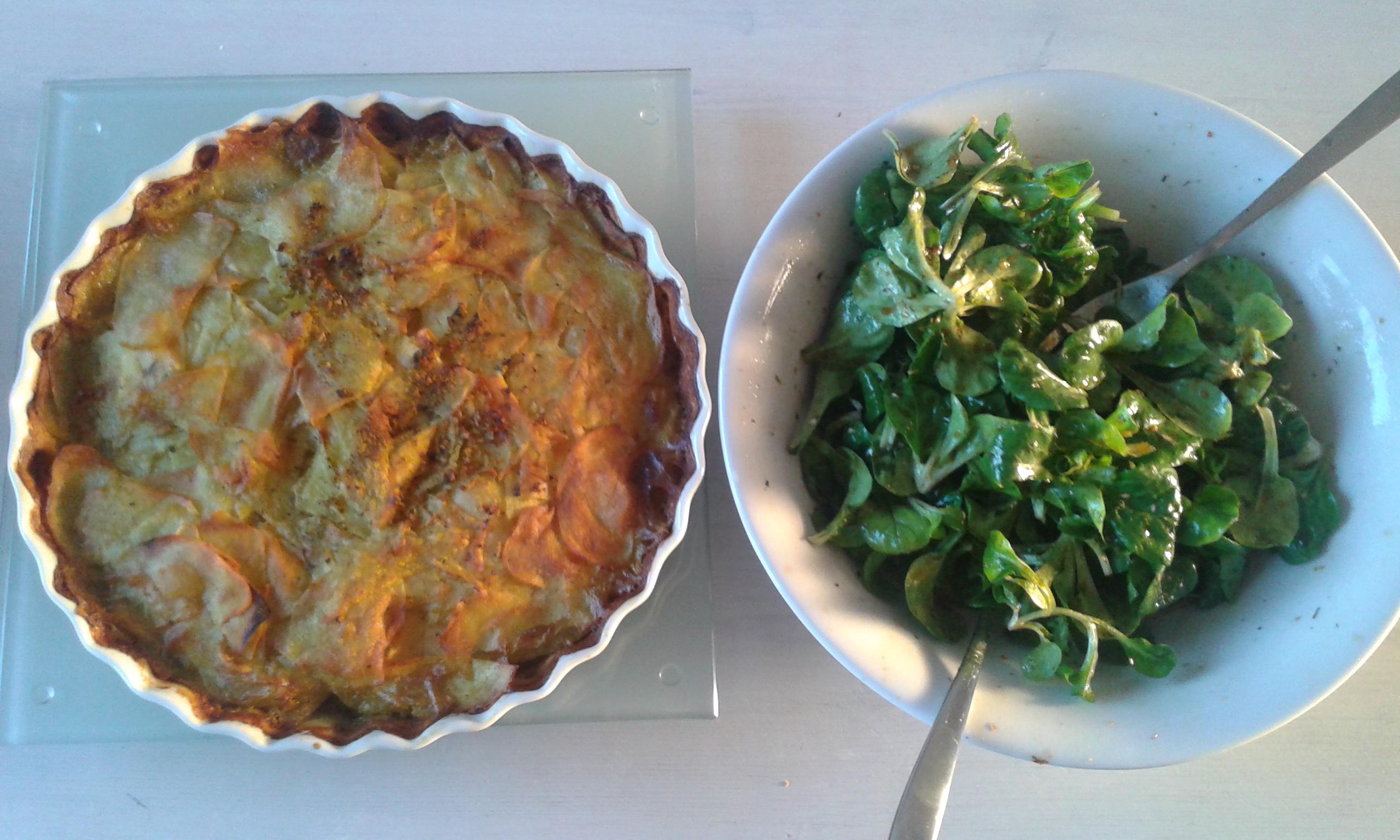 veganer Kartoffelgratin mit Feldsalat